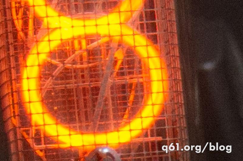 ニキシー管内で光っているガスのその中に暗く見える電極(陰極)